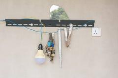 DIY-huishoudendingen op een muur, Divers, manusje van allesmateriaal royalty-vrije stock afbeelding