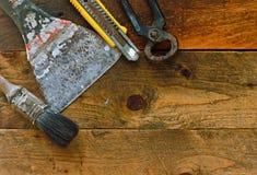 diy hulpmiddelen op oude rustieke het werkbank Royalty-vrije Stock Afbeelding