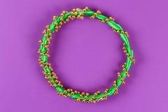 DIY-krans Mardi Gras, fet tisdag purpurfärgad bakgrund arkivbild