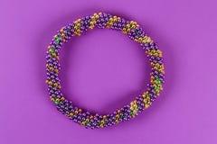 DIY-krans Mardi Gras, fet tisdag purpurfärgad bakgrund arkivfoton