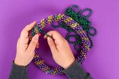 DIY-krans Mardi Gras, fet tisdag purpurfärgad bakgrund royaltyfria bilder