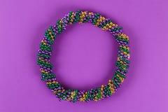 DIY-krans Mardi Gras, fet tisdag purpurfärgad bakgrund fotografering för bildbyråer