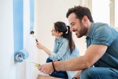 Diy målarfärgpar för renovering i ny hem- målningvägg tillsammans Royaltyfri Bild