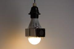 Diy a mené la lampe sur le fond gris-clair images stock