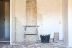 DIY, miglioramenti dell'interno della casa in una costruzione sudicia della stanza fotografia stock