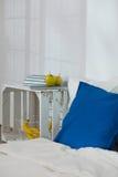 DIY nocy stół w nowożytnym mieszkaniu Obraz Stock