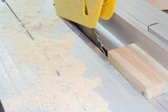 DIY ou fazem-no você mesmo série de fotos do conceito sobre a carpintaria e o woodworking com serra circular Fotos de Stock Royalty Free
