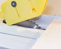 DIY ou fazem-no você mesmo série de fotos do conceito sobre a carpintaria e o woodworking com serra circular Imagem de Stock