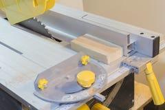 DIY ou le font vous-même série de photos de concept au sujet de la menuiserie et du travail du bois avec la scie circulaire photos stock