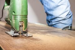 DIY pracownik ciie drewnianego panelu z dżigiem zobaczył Zdjęcie Stock