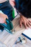 DIY pracownik ciie drewnianego panelu z dżigiem zobaczył Obraz Royalty Free