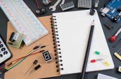 DIY producenta elektroniczni narzędzia z kopii przestrzenią dla teksta na czarnym tle fotografia stock