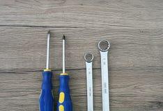 DIY - Schraubenzieher und Schlüssel auf dem Tisch lizenzfreie stockfotografie