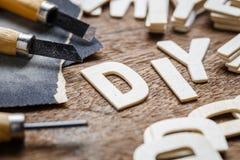 DIY segna la lavorazione del legno con lettere fotografie stock