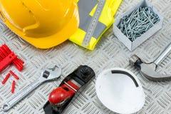 DIY of Timmerwerkhulpmiddelen en Materiaal op de Plaat van het Staalloopvlak Stock Foto