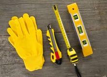 DIY-Werkzeuge auf hölzernem Hintergrund Beschneidungspfad eingeschlossen Lizenzfreies Stockfoto