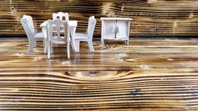 DIY zabawki drewniany stół, krzesła i szafa na drewnianej teksturze jako tło, Fotografia Royalty Free