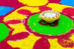 Diya αργίλου σε ένα ζωηρόχρωμο rangoli στοκ φωτογραφίες