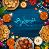 Diya καψίματος με ανάμεικτο γλυκό και πρόχειρο φαγητό στο ευτυχές υπόβαθρο διακοπών Diwali για το ελαφρύ φεστιβάλ της Ινδίας απεικόνιση αποθεμάτων