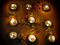 Diya di Lit sul reticolo floreale religioso indù Immagini Stock
