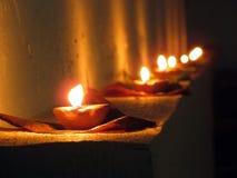 Diya, lâmpadas de petróleo, Diwali e festival de luzes indiano Imagem de Stock