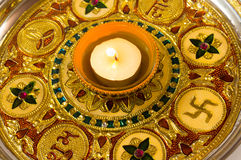 Diya-Lampe auf einer verzierten goldenen Platte stockfotos