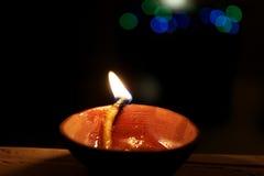 Diya på den Diwali festivalen, Indien royaltyfria bilder