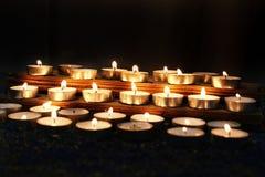 Diyalampen tijdens Deepavali worden aangestoken die stock afbeeldingen