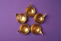 Diyas di Diwali o lampade dell'argilla sul fondo di colore Fotografie Stock Libere da Diritti