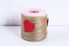 Diydecor op 14 Februari Een gift en een kaars voor doe-het-zelf- de Dag van Valentine royalty-vrije stock afbeelding