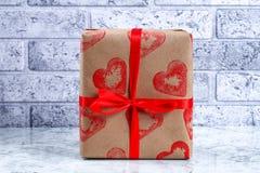 Diydecor op 14 Februari Een gift en een kaars voor doe-het-zelf- de Dag van Valentine royalty-vrije stock fotografie