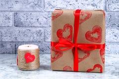 Diydecor op 14 Februari Een gift en een kaars voor doe-het-zelf- de Dag van Valentine royalty-vrije stock foto's