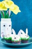 Diykonijn van paaseieren op blauwe achtergrond Giftideeën, decor Pasen, de lente handmade stock afbeeldingen
