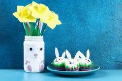 Diykonijn van paaseieren op blauwe achtergrond Giftideeën, decor Pasen, de lente handmade royalty-vrije stock afbeeldingen