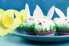 Diykonijn van paaseieren op blauwe achtergrond Giftideeën, decor Pasen, de lente handmade stock fotografie