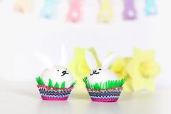 Diykonijn van paaseieren op witte achtergrond Giftideeën, decor Pasen, de lente handmade stock afbeeldingen