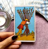 10 dizaines du final de carte de tarot de baguettes magiques réduisent presque là votre tête et continuent à mettre un succès fin illustration stock