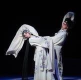 """Dizer adeus no ato dos rasgos- nonos que sela o  branco de Opera""""Madame Snake†da bacia-Kunqu foto de stock"""