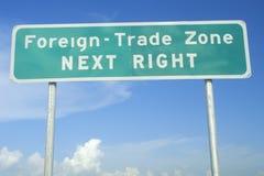Dizer do sinal de rua Extrangeiro-Troca a zona imagem de stock royalty free