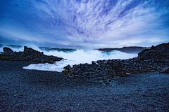 Djúpalà ³ nssandur & dritvÃk - Czarna lawy perły plaża Fotografia Stock