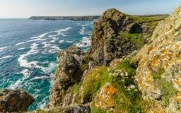 Djärva klippor längs kusten av Cornwall, Förenade kungariket Fotografering för Bildbyråer