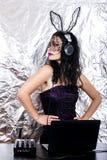 DJ万圣夜女孩妇女headpgone面具黑色庆祝束腰服装演奏混合的紫色鞋带的乐趣浅黑肤色的男人 免版税库存照片