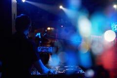 DJ使用在与遥控的一个党有唱片的 图库摄影