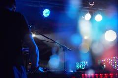 DJ使用在与遥控的一个党有唱片的 库存图片