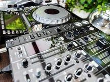 DJ光盘播放机和搅拌器 免版税图库摄影