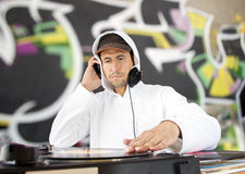DJ和街道画背景 免版税库存图片