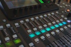 DJ和音乐家混音器的设备 库存照片