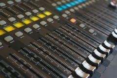 DJ和音乐家混音器的设备 免版税库存照片