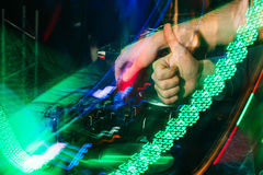 DJ在一个夜总会演奏在搅拌器的音乐有被弄脏的背景 库存图片