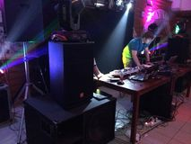 DJ在俱乐部的舞会 免版税库存图片